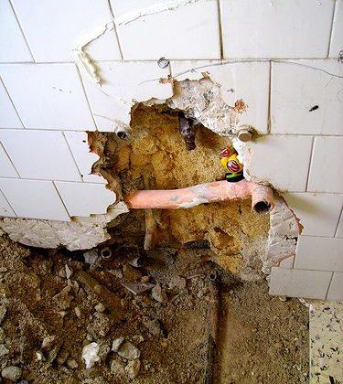 Tubo rotto dell'impianto idraulico in casa: cosa fare e come risolvere