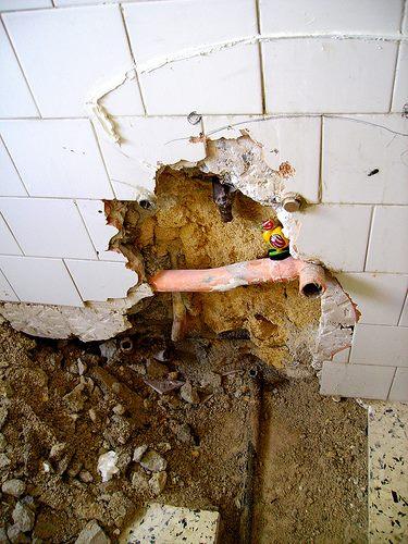 tubo rotto dell'impianto idraulico in casa